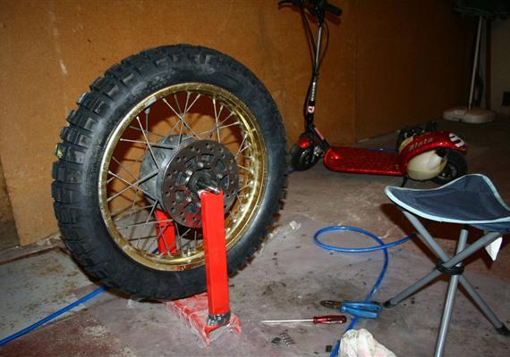 ŽIvot sXT, díl patnáctý: Chlapa poznáte podle bot, motorku podle gum