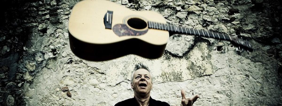 Kytarový mág Tommy Emmanuel se vrací v dubnu do Prahy