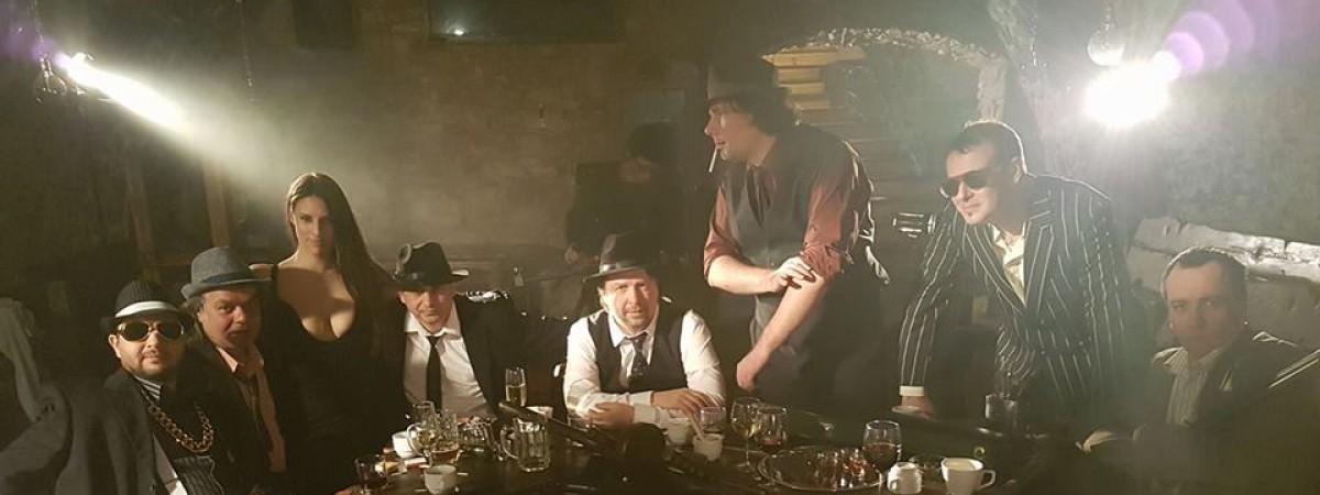Úvalská parta Medvěd 009 se konečně rozhoupala a vydala k úspěšnému singlu Planeta videoklip.