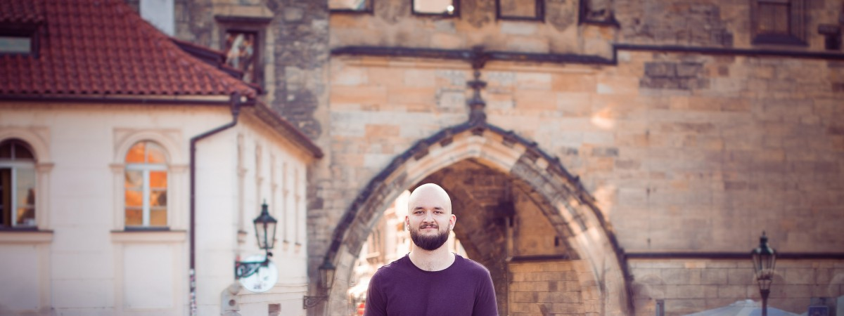 Písničkář POKÁČ vydává debutové album Vlasy. Zamíří s ním do Guinnessovy knihy rekordů?