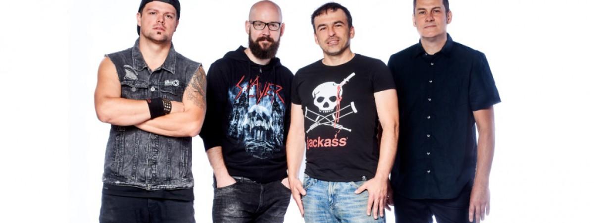 Totální nasazení jede turné jako kvartet a do světa posílá dva čerstvé vinyly