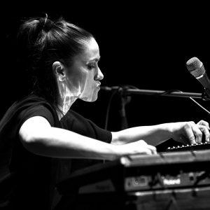 Lenka Dusilová přichází s prvním live videoklipem ze sólového vystoupení. Potvrzuje v něm své jedinečné pěvecké kvality  a výjimečnost na české hudební scéně.