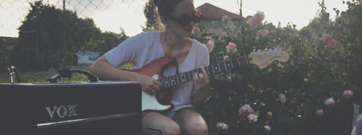 V debutovém singlu Paris in June prožívá mladičká písničkářka Harriet Marshall nenaplněnou lásku.