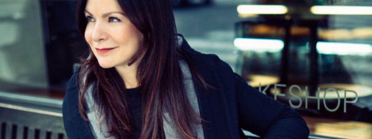 Anna K. v novém videoklipu o fyzickém kontaktu, který může zachránit, ukázala kapelu
