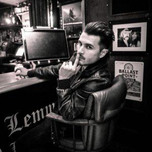 Michael Malarkey natočil videoklip k písni Captain Solitaire