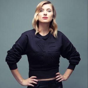 Mirka Miškechová v novém videoklipu k singlu Brouček zpívá česky