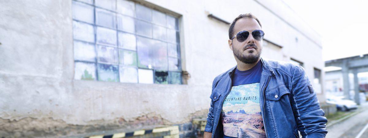 Xindl X zpívá na nové desce o útěcích a přichází s klipem k singlu Dřevo
