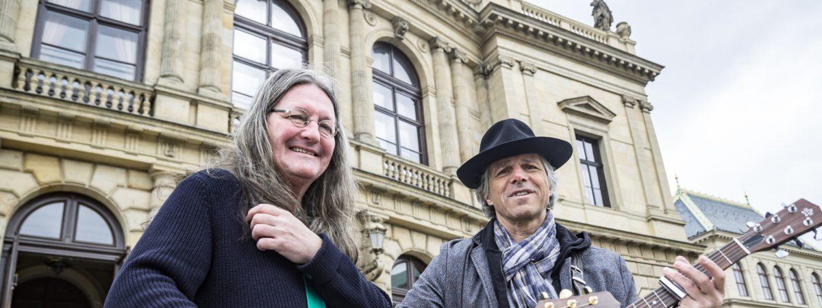 Janek Ledecký vymění klobouk za kravatu a odehraje koncerty se symfonickým orchestrem. Hostem bude Ivan Hlas