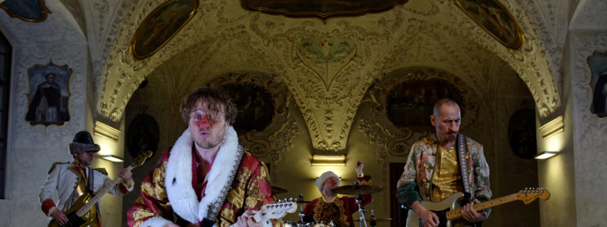 """Skupina Wohnout se v klipu """"Depardieu"""" převtělila do známého herce"""