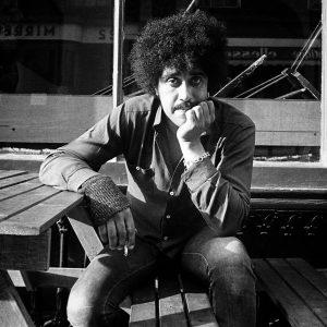 20. srpna si hudební svět připomíná nedožité 70. narozeniny irské rockové legendy a básníka se srdcem rebela
