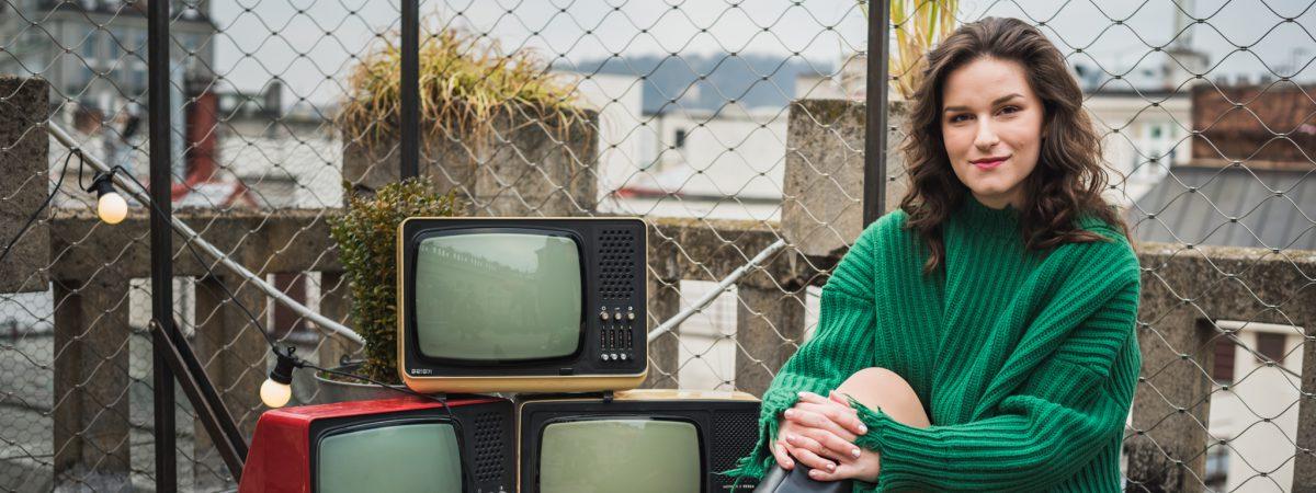 Zpěvačka Elly natočila klip ke své vánoční skladbě na střeše pražské Lucerny