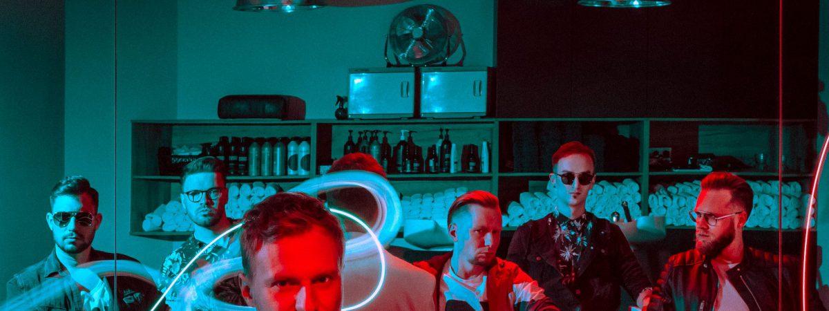 Skupina Megaphone vydala nový singl a klip Neon Blood