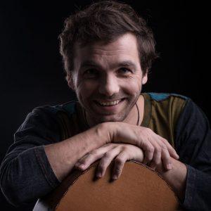 Slovenský zpěvák Juraj Hnilica si myslí, že 1 + 1 = 3. Proč? To vysvětluje ve svém novém videoklipu