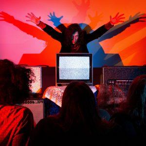 Psychedelická kapela láká na audiovizuální show z rondokubistického divadla