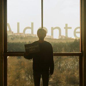 Směsice R&B a funk popu v albu Hliníkový děti. Zpěvák Aldente debutuje se stylem.
